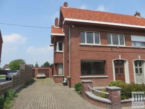 Deze woning, op 321m², is gelegen pal in het centrum van Sint-Lenaarts, op wandelafstand van winkels, scholen, openbaar vervoer... . De woning we