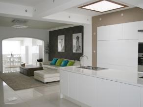 Achter deze karaktervolle gevel schuilt een volledig gerenoveerde woning met volgende indeling: Onderaards: kelder met stookkelder en wasplaats. Ca 20