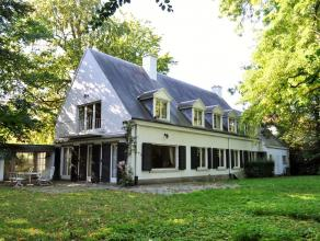 Klassieke Franse stijlvilla met 5 slaapkamers, 3 badkamers op een dubbel perceel bouwgrond van samen 2777 m². Indeling: Inkomhal met vestiaire en