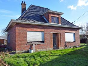 Deze te renoveren villa ligt op een perceel grond van 959 m², gelegen op wandelafstand van het pittoreske centrum van Landegem. De woning bestaat