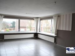 INDELINGInkomhal 10 m² op keramische tegel met gastentoilet en berging. Lichte living 32 m² op tegel met grote ramen en airco. Lichte, heden