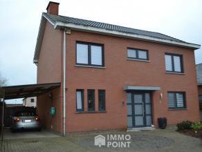 GELIJKVLOERSInkomhal 7m² met trap naar verdieping. Living 45m² op keramische tegel met inbouwhaard (blazer). Veranda 36 m² met schuifra