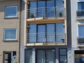 GELIJKVLOERSInkomhal 6m² op keramische tegel met ingebouwde kasten. Living 32m² op keramische tegel. Open keuken met keramische kookplaat, o