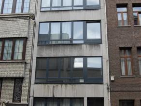 INDELING - GELIJKVLOERSLiving 23 m² op blokjesparket. Keuken 10 m² met afwasmachine, oven, micro, dampkap, keramische kookplaat, ijskast en