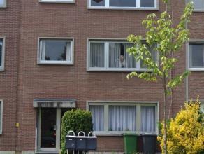 Appartement op de tweede verdieping* Indeling : hall op tegels, woonkamer op laminaat, keuken met gaskookplaat en oven, 2 slaapkamers (ca. 10m² e