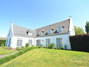 Avis aux professions libérales, cette villa est faite pour vous !!! Sur un terrain de 1500 m² arboré, cette villa de 370 m² di