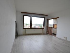 A proximité du centre-ville tout en étant au calme en bord de Sambre, cet appartement entièrement rénové vous offre