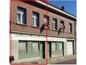 Deze ruime woning is gelegen in het hartje van Lebbeke.<br /> <br /> Op het gelijkvloers kom je via de inkomhal en gang naar de leefruimte.<br /> De r