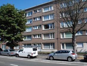 Te renoveren gelijkvloers appartement 75m² met een ruime slaapkamer 14m², keuken 9m², leefruimte 36m² en badkamer 4m². Via de