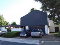 Ruime villa met grote praktijk en 5 slpks op 1.536 m², ideaal voor vrij beroep, kantoren of kangeroo-wonen ! Bouwjaar: 1981Renovatie: 2004 - 2014