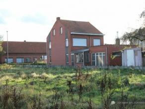 Half open bebouwing met 3 à 4 slaapkamers op landelijke ligging Indeling: Gelijkvloers:Hier bevinden zich een inkomhal en volledig betegeld toi