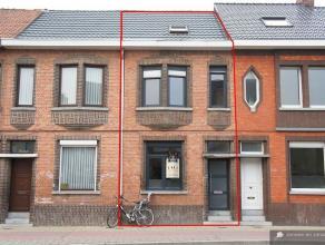 Gerenoveerde woning met 3 slaapkamers. Mogelijkheid tot aankopen onder klein beschrijf.Gelijkvloers: Inkomhal die uitgeeft in de woonkamer (31 m²