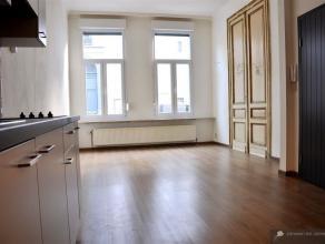 Stijlvol en degelijk gerenoveerd gelijkvloers appartement (ca 65 m²) met koertje (ca 12 m²). INDELING: Inkomhal met toegang naar het apparte
