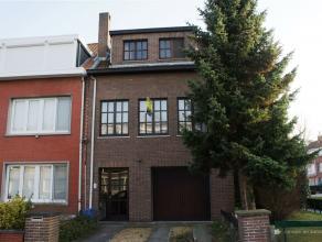 Goed onderhouden halfopen bel-etage met twee slaapkamers met ca: 140 m² bew. opp. op een grond van ca: 222 m². Het betreft een hoekwoning wa