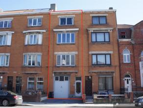 Grote gezinswoning met 6 slaapkamers. Gelijkvloers:Inkomhal met trap naar verdiepingen en toegang tot ruime, droge kelder (20 m2).Grote woonkamer met