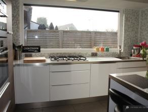 Gerenoveerde open bebouwing met zonneboiler(klein beschrijf mogelijk)De woning is volledig met zorg gerenoveerd na 2012 Gelijkvloers:Inkomhal op tegel