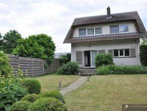 Charmante villa met rieten dak op 356 m² met 3 slaapkamers, garage en zonnige tuin. INDELING: Gelijkvloers:Inkomhal op eiken parketvloer met gast