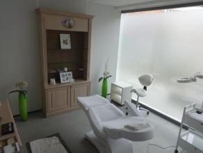 Zeer mooie praktijkruimte (1 kamer) met kitchenette en veel lichtinval. Er is een aparte ingang voorzien via het appartementsgebouw aan de Astridvest.