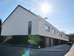"""Mons (Cuesmes). """"Les Résidences Rives Montoises"""" Rue du Curoir, quartier du Delta. Jolie maison neuve 2  façades comp. : Rez: hall, wc a"""