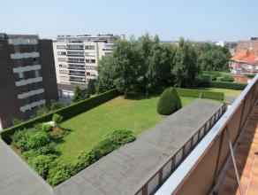 Volledig gerenoveerd appartement op de vierde verdieping met o.a. een terras, 2 slaapkamers, aparte dressing/bureelruimte, badkamer met jacuzzi, grote
