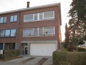 Dit appartementsgebouw (half-open bebouwing) omvat o.a. 2 lichtrijke tweeslaapkamer-appartementen van elk ca. 75m², een ruime garage, een oprit (