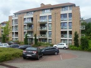 Achterin gelegen instapklaar recent appartement op gelijkvloers met living + open ingerichte keuken (± 40m2), 2 slaapkamers, garagebox en terra