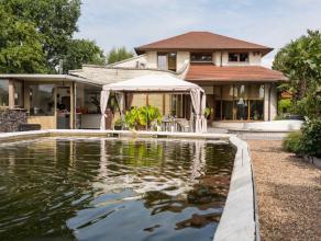 De woning in bijzondere architectuur heeft een bewoonbare oppervlakte van 195 m2 en is gelegen in een zuid gerichte tuin op een perceel bouwgrond met