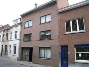 Mooi dakappartement op de derde verdieping in het centrum van Leuven.   Dit appartement bestaat uit een inkomhal, ruime leefruimte, ingerichte keuke