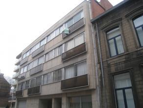 Appartement met twee slaapkamers en terras gelegen op de derde verdieping (lift aanwezig)  Dit appartement bestaat uit een inkomhal, een apart toile