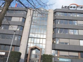 Ruime instapklare kantoorruimtes gelegen het kantorencomplex 'Sky Building' op de Singel te Antwerpen (Berchem).  Deze ruimtes zijn voorzien van all