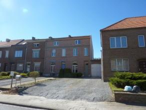 Toffe gezinswoning (115m²) met een koer en klein tuintje, vlak buiten Tienen. De woning ligt een eindje van het straat af, waardoor er gemakkelij