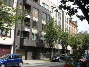Duplex avec trois chambres dans le centre de Bruxelles.   L'appartement du rez-de-chaussée se compose d'un hall d'entrée, grand salon