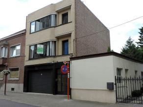 Appartementsgebouw met praktijkruimte voor vrije beroepen / kantoor / handelsruimte op de gelijkvloerse verdieping, een appartement met groot dakterra