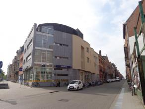 Dakstudio met een knus dakterras nabij het station van Leuven.  De studio bestaat uit een leef/slaapruimte met kitchenette, badkamer met douche, lav