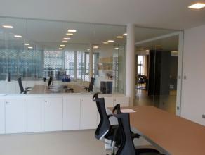 Kantoorruimte in een modern gebouw in het hartje van Mechelen.   Via de gemeenschappelijke inkomhal (met lift) bereikt u de tweede verdieping die hi