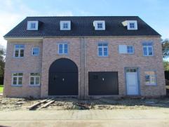 Een juweeltje ( rechtse HOB ) van een nieuwbouw in moderne pastoriestijl, gelegen in een nieuwe verkaveling. Deze woning is uiterst rustig gelegen op