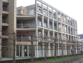 Goed gelegen, zeer ruim appartement op de eerste verdieping van Residentie Dreyfus met een zeer zonnig terras van 40 m² en drie slaapkamers. Rust