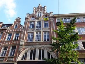Midden in het centrum van Leuven ligt op de vierde verdieping dit ruime 1 slaapkamer dakappartement.  Dit appartement bestaat uit een inkomhal, gast