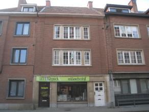 Mooi opgefrist appartement met twee slaapkamers en terras gelegen op de eerste verdieping op wandelafstand van het centrum van Leuven.  Dit appartem