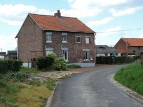 Een volledige te renoveren woning (open verband) met twee slaapkamers, twee zolders (uitbreidingsmogelijkheden), bureau, garage en tuin op een perceel