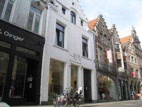 Mooie, volledig gerenoveerde studio gelegen in het historisch centrum van Leuven, vlak aan de Vismarkt.   De studio bestaat uit een inkomhal, woon-