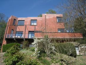 Niet alledaagse, vrijstaande, moderne villa opgetrokken in 1979 met een bewoonbare oppervlakte van 340m². Deze villa heeft een uniek en prachtig