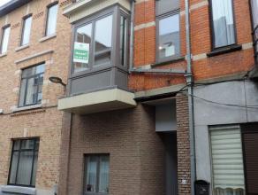 Gezellig en ruim triplex-appartement (90 m²) met twee slaapkamers in het centrum van Tienen.<br /> Het appartement is gelegen op de eerste verdie