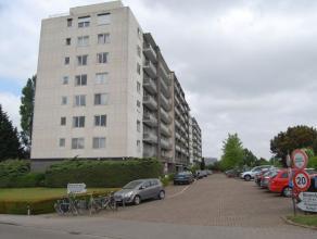 Een gezellig, ruim appartement in het centrum van Heverlee op wandelafstand van winkels en school.<br /> <br /> Het appartement bestaat uit een inkomh