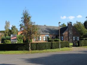 Ruime, gelijkvloerse villa met garage en tuin, rustig gelegen en toch dicht bij Leuven centrum.  De woning staat op ruim 9 are en bestaat uit een ink