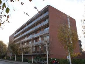 Centraal en rustig gelegen appartement op de 5de verdieping in een gebouw gelegen binnen de stadsring en nabij invalswegen naar E40 en E 314. Gerenove
