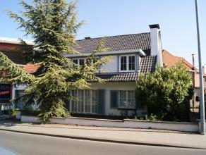 Goed gelegen, te renoveren woning met ruime living met eetplaats, 4 slaapkamers, garage, kelder en zolder. Gelegen in verkeersluwe straat en op wande