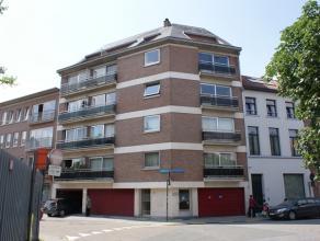 Appartement op de vierde verdieping, rustig maar centraal gelegen binnen de ring van Leuven. Het appartement bevat 2 slaapkamers, keuken, living, badk