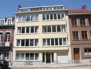 Gerenoveerd 2 slaapkamer-appartement te ring Leuven:   Ideaal gelegen te centrum Leuven. Dit appartement beschikt over een ruime living met open keu