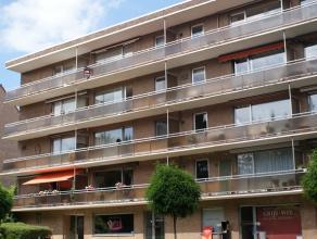 Ruim en volledig instapklaar appartement op de vierde verdieping met inkomhal, grote living, geïnstalleerde keuken, 2 slaapkamers, badkamer, groo